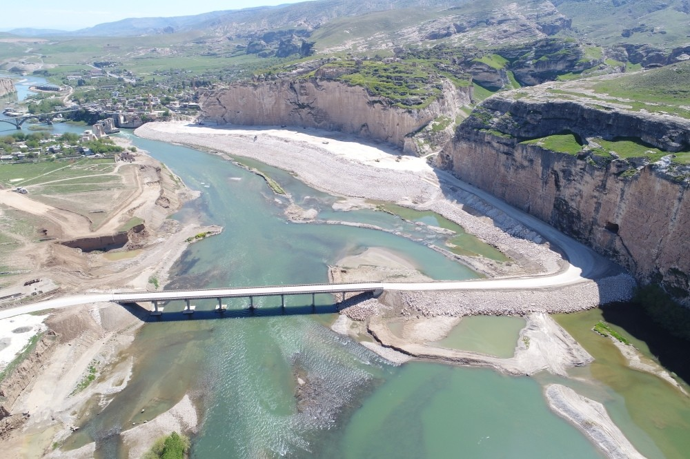 Delaying water-filling operations in the multi-billion dollar Ilu0131su Dam Project, Turkey continues to maintain water flow to its southern neighbor Iraq at 500 cubic meters per second according to a bilateral protocol.