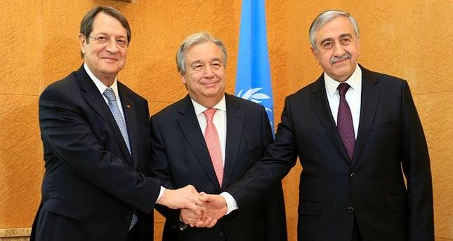 الأمين العام للأمم المتحدة أنطونيو غوتيريس يتوسط رئيسي جمهورية شمال قبرص التركية، مصطفى أقينجي، والشطر الرومي بالجزيرة نيكوس أناستاسياديس (وكالة الأنباء الفرنسية)