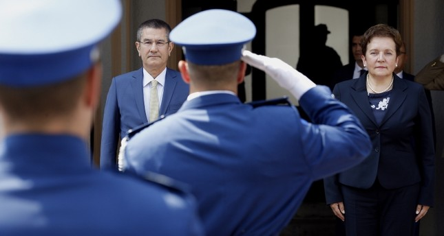 وزيرة الدفاع البوسنية في استقبالها لنظيرها التركي (EPA)