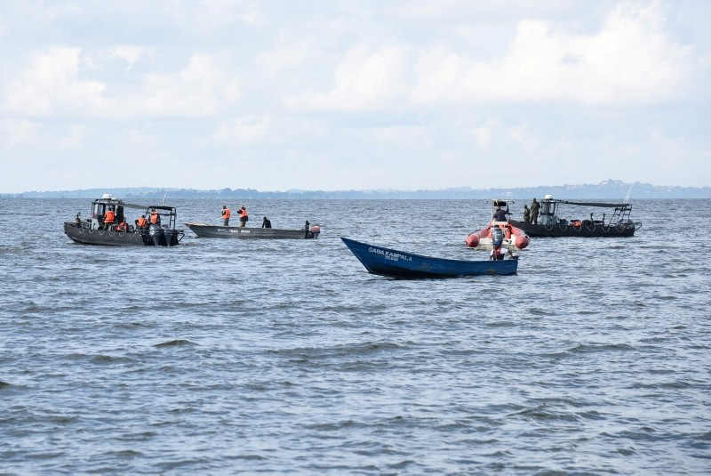 Local fishermen and Ugandan Navy personnel search for passengers of capsized cruise boat on Lake Victoria at Mutima village, about 50 km south of capital Kampala. (AFP Photo)