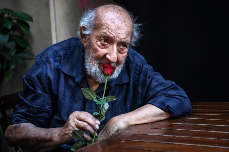Legendary Turkish photographer Ara Gu00fcler poses as he celebrates his 90th birthday on August 16, 2018 in Istanbul. (AFP Photo)