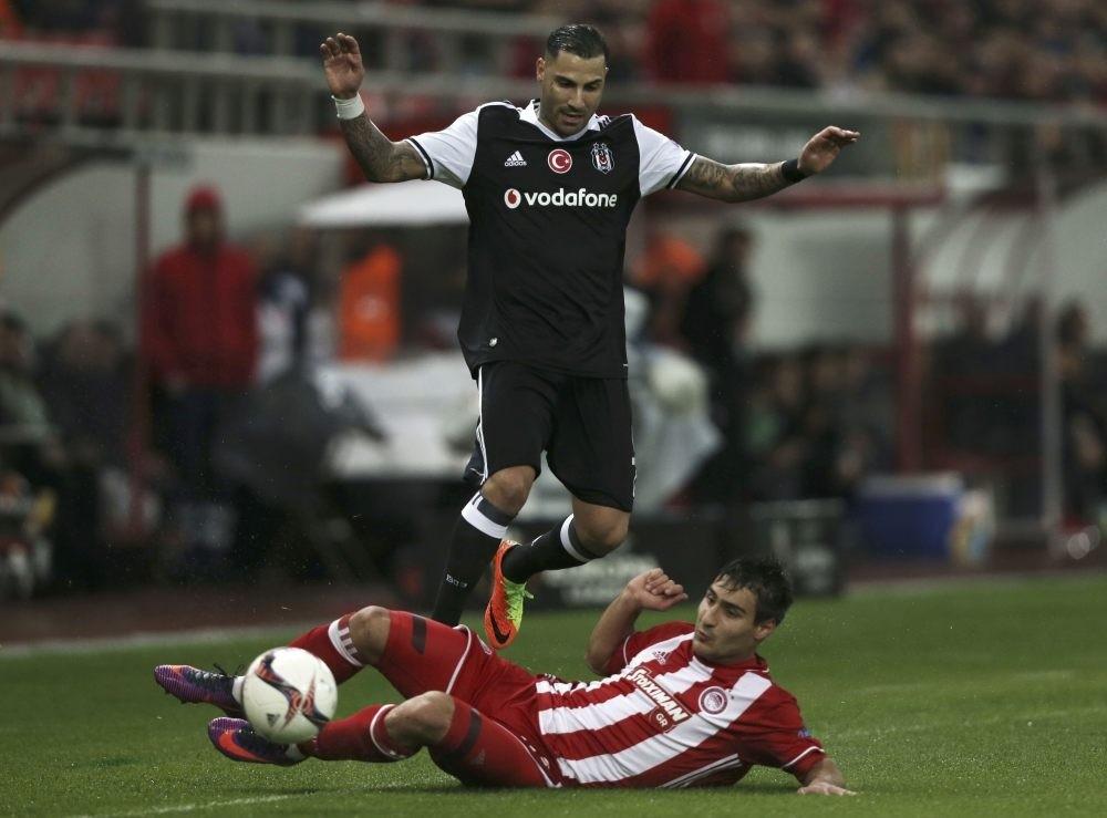Olympiacosu2019 Alaixys Romao (R) and Beu015fiktau015fu2019s Ricardo Quaresma in action.
