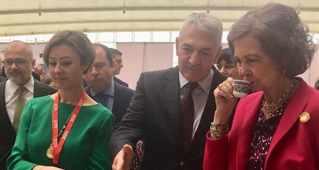 الملكة الأم بإسبانيا أثناء احتسائها القهوة التركية في السوق الشعبي الذي تنظمه الجمعية الدولية للدبلوماسيين بمدريد  (الأناضول)