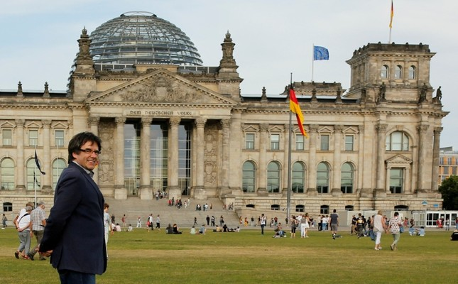 Former Catalan President Carles Puigdemont walks in front of the Bundestag in Berlin, Germany, May 23, 2018. (Reuters Photo)