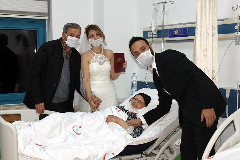 Evra Sakar (middle left) and Gu00f6khan Akgu00fcn (R) surprised mother Ayla Sakar (middle right) by holding their wedding ceremony at the hospital where she was receiving treatment for cancer. (DHA Photo)