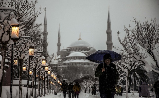 Snowfall keeps battering Istanbul, more expected to come