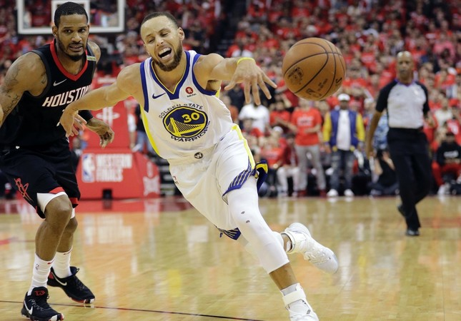 Golden State Warriors guard Stephen Curry (R)  drives around Houston Rockets forward Trevor Ariza (1) during Game 7 of the NBA Western Conference finals, May 28.