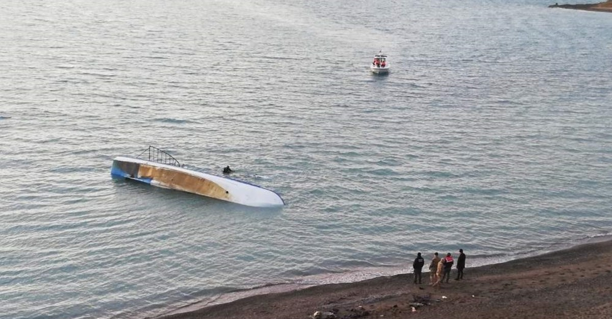 Rescue teams rushed to the scene to save migrants from drowning. (AA Photo)