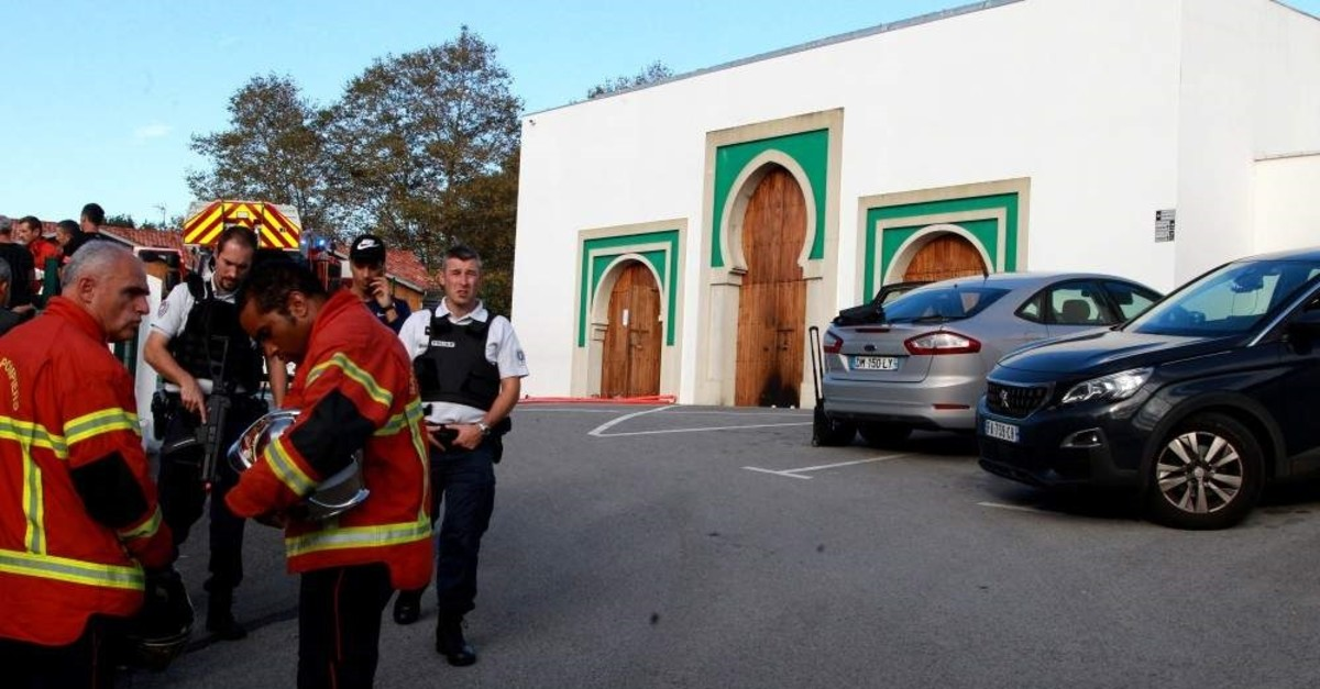 Security forces stand outside a mosque attacked by an elderly man, Bayonne, Oct. 28, 2019. (EPA Photo)
