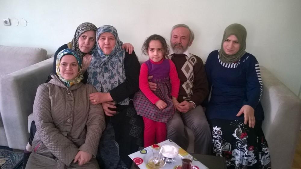 Cavit and Hafize Etleu00e7 pose with Syrian  refugees they help.