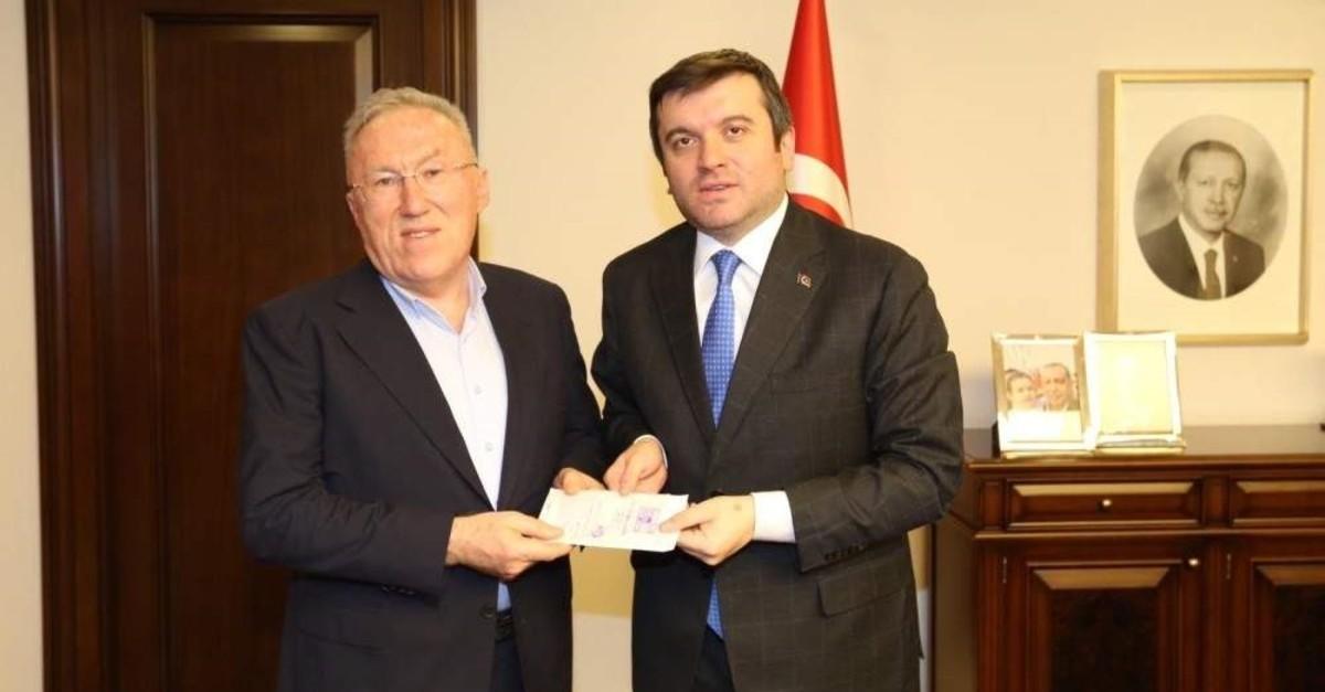 Turkey's Ambassador to Tokyo Hasan Murat Mercan (L) holds the envelope with Deputy FM Yavuz Selim Ku0131ran in Tokyo, Feb. 04, 2020. (IHA Photo)