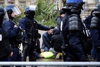 Video of 146 French students' arrest by armed police amid 'yellow vest' protests sparks outcry