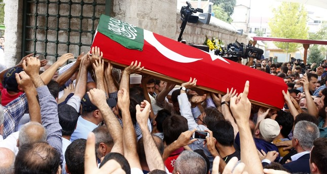 A crowd carrying flag-draped coffin of Ramazan Sarıkaya.