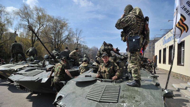 Armed men wearing military fatigues gathered on armored personnel carriers Wednesday in the eastern Ukrainian city of Slovyansk, where they and other pro-Russia gunmen took control of some key locations. (AFP Photo)