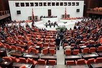 Das türkische Parlament hat am Donnerstagabend zum sechsten Mal in Folge eine Verlängerung des Ausnahmezustands für weitere drei Monate gebilligt.  Der Beschluss kam nach der Empfehlung des...