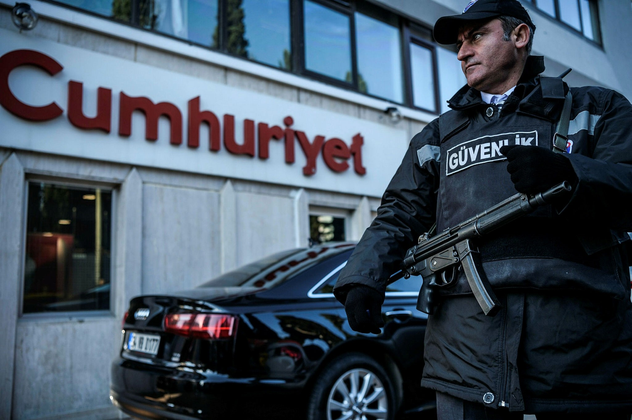 A security agent stands guard in front of the Cumhuriyet newspaper's headquarters on October 31, 2016 in Istanbul. (AFP Photo)