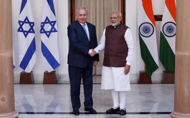 Israeli Prime Minister Benjamin Netanyahu (L) shakes hands with his Indian counterpart Narendra Modi, New Delhi, Jan. 15, 2018.