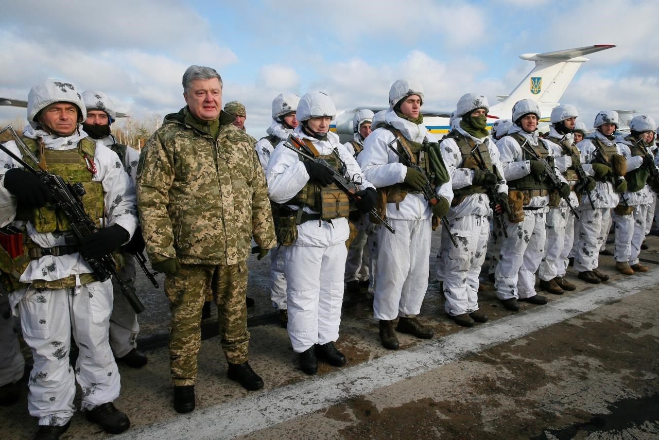 Ukraine's President Petro Poroshenko (2nd L, front) poses for a picture with servicemen as he visits an airforce base near Zhytomyr, Ukraine December 6, 2018. (Reuters Photo)