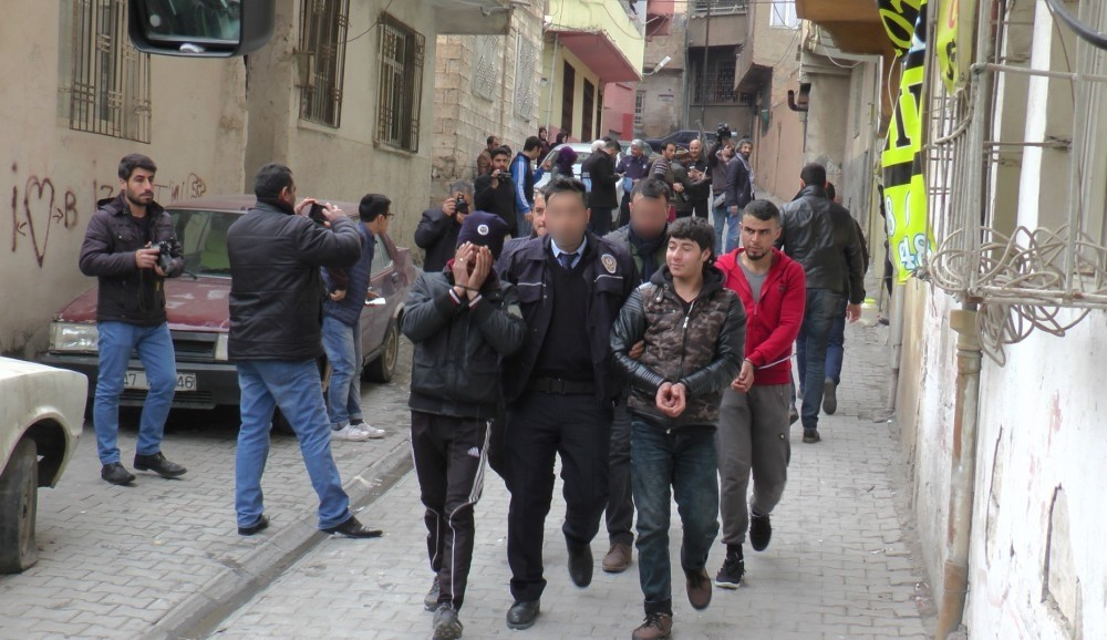 Police officers escort handcuffed Daesh suspects after their detention in the southeastern city of u015eanlu0131urfa on Sunday.