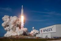الصاروخ الأكبر في العالم انطلق من مركز كنيدي للفضاء في فلوريدا (الأناضول)