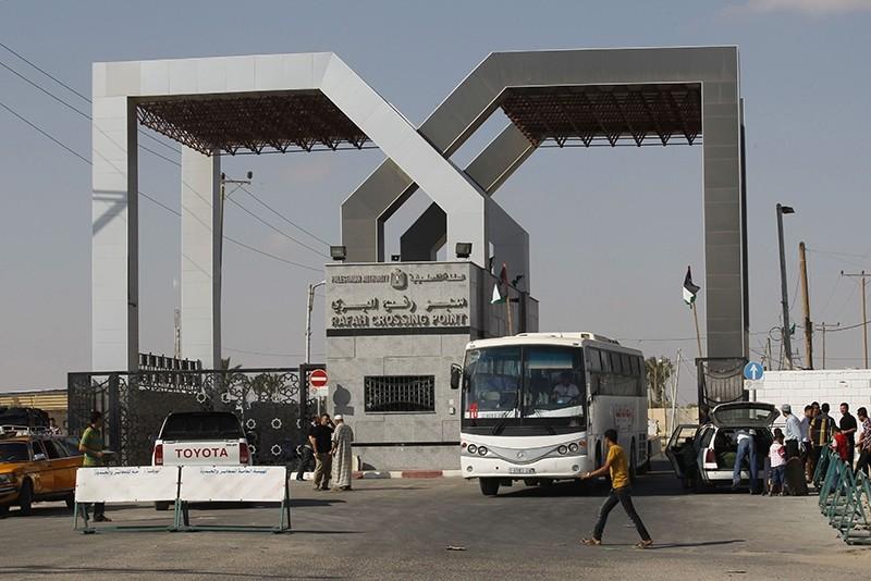 A bus drives through the Rafah border terminal in the southern Gaza Strip on Aug. 24, 2013. (AFP Photo)