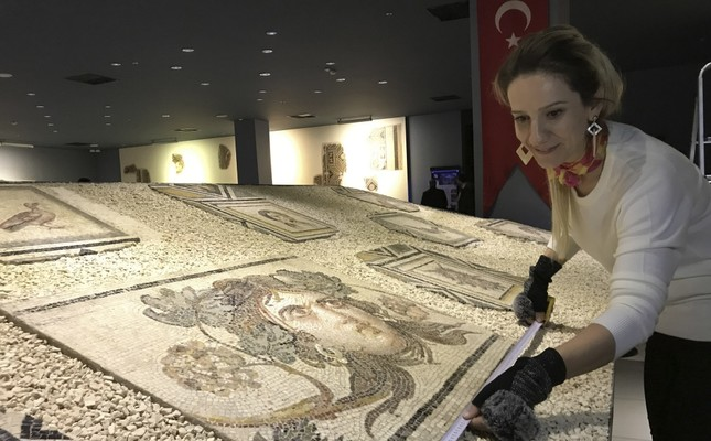 Mosaic artist Gülçin Sökücü and her team started working on the reproduction.