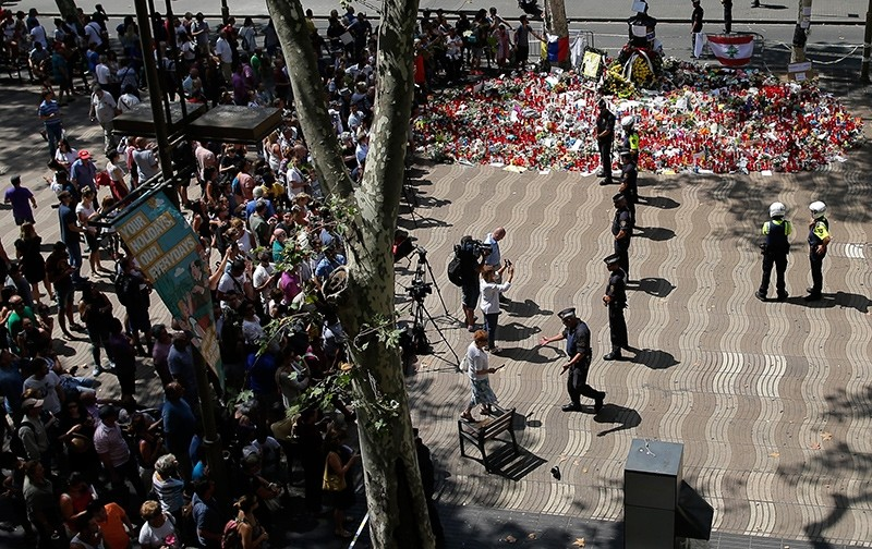 Police officers cordon off the access at Las Ramblas promenade after locating a suspicious backpack in Barcelona, Spain, Monday, Aug. 21, 2017 (AP Photo)