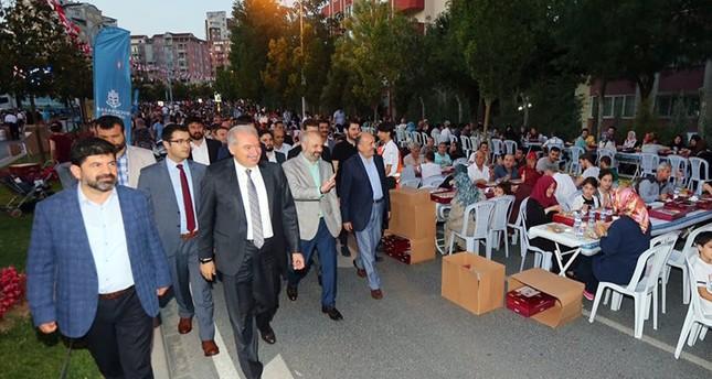 آلاف الصائمين يجتمعون على مائدة بطول 1000 متر في اسطنبول