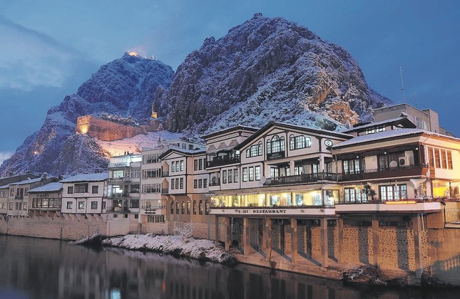 The city of Amasya is gorgeously set along a winding river valley, nestled into rocky cliffs on one side, and at the foot of a roll of green mountains on the other.