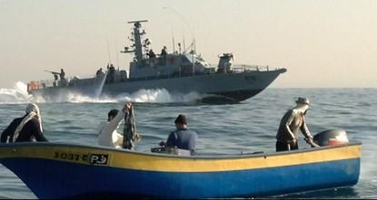 البحرية الإسرائيلية تعترض قاربا فلسطينيا وتعتقل ٥ صيادين قبالة سواحل غزة