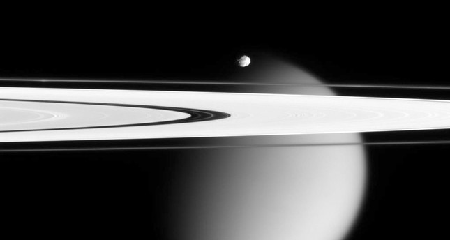 NASA's Cassini survives unprecedented trip, snaps closest-ever images of Saturn, its rings