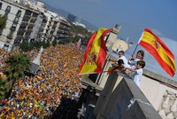 Tausende Menschen haben in Kataloniens Hauptstadt Barcelona gegen die Pläne der Regionalregierung zur Abspaltung von Spanien protestiert.  Auf ihrem Marsch zum Bahnhof Estació de França...