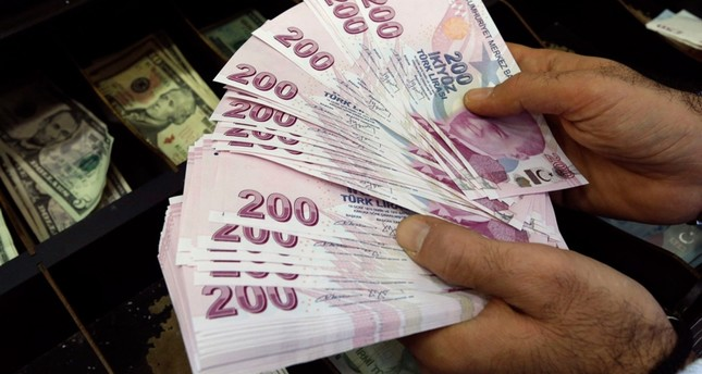 A money changer counts Turkish lira bills at an currency exchange office in Istanbul December 16, 2014. Reuters Photo