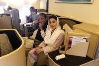 نواز شريف وابنته مريم في الطائرة التي أقلتهما من لندن إلى لاهور