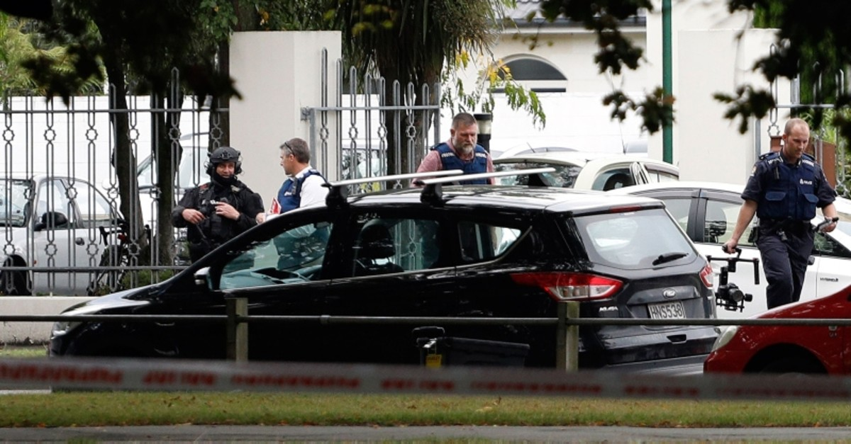 Police officers are seen at the Masjid al Noor mosque after a shooting incident in Christchurch on March 15, 2019 (AFP Photo)
