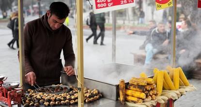 ميادين تركيا تتزين بعربات الكستناء والذرة مانحة الجمال والدفء