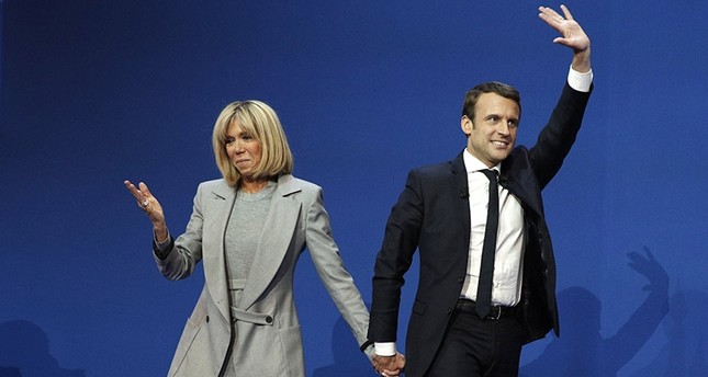 French presidential election candidate Emmanuel Macron (R) celebrates with his wife Brigitte Trogneux (L) after the first round of the French presidential elections in Paris, France, 23 April 2017. (EPA Photo)
