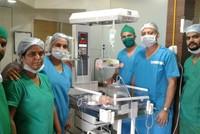 Ein Baby in Indien wurde mit einem zum Teil entwickelten Zwilling im Bauch geboren. Die 19-Jährige Mutter hatte im Bilal-Krankenhaus in Thane den Jungen am 20. Juli zur Welt gebracht.  Radiologin...