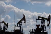 أسعار النفط تهبط وسط تخوفات استمرار تأثر الطلب بفعل كورونا