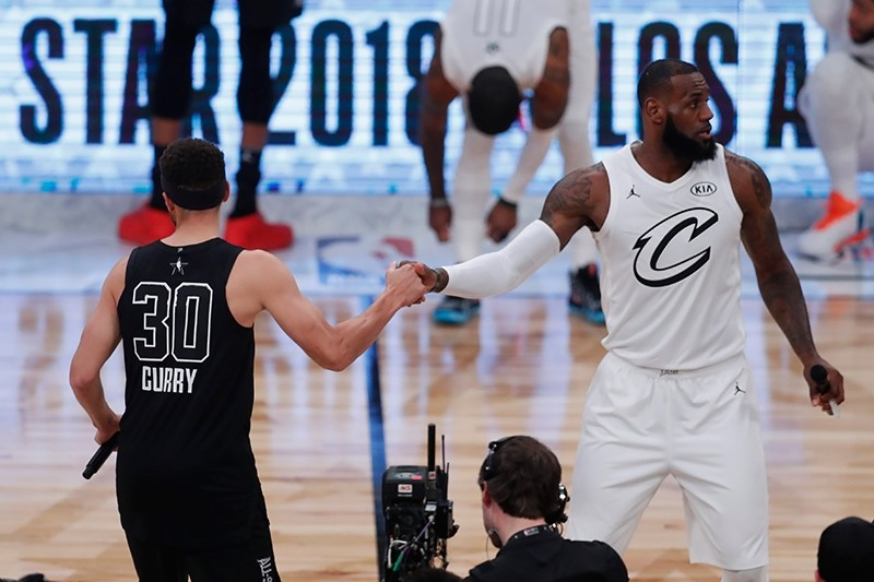 Stephen Curry of Team Stephen, left, and Lebron James of Team Lebron shake hands at the start of 2018 All-Star game at Staples Center in Los Angeles, Calif., U.S., Feb. 18, 2018. (EPA Photo)