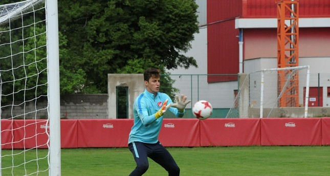 17-year-old goalkeeper Özer named in Turkish squad