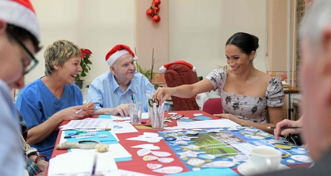Britain's Meghan, Duchess of Sussex (R) joins in making Christmas decorations during her visit to the Royal Variety Charity's residential nursing and care home, Brinsworth House in Twickenham, south west London on December 18, 2018. (AFP Photo)