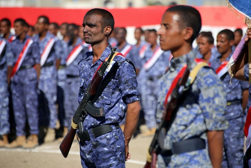 Yemeni fighters from the Popular Resistance Committees, supporting forces loyal to Yemen's Saudi-backed government, attend a graduation ceremony in the country's third city Taez, on October 27, 2018. (AFP Photo)