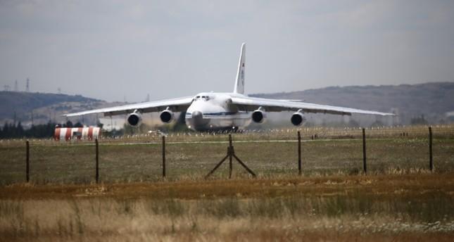 الطائرة الروسية التي شحنت أولى أجزاء منظومة إس 400 إلى أنقرة