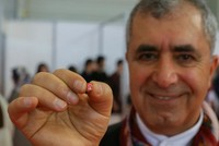 Ein türkischer Dichter aus der ägäischen Stadt Izmir brach seinen eigenen Rekord, indem er ein winziges 96-seitiges lesbares Poesiebuch mit einem Gewicht von 0,23 Gramm, einer Breite von nur vier...