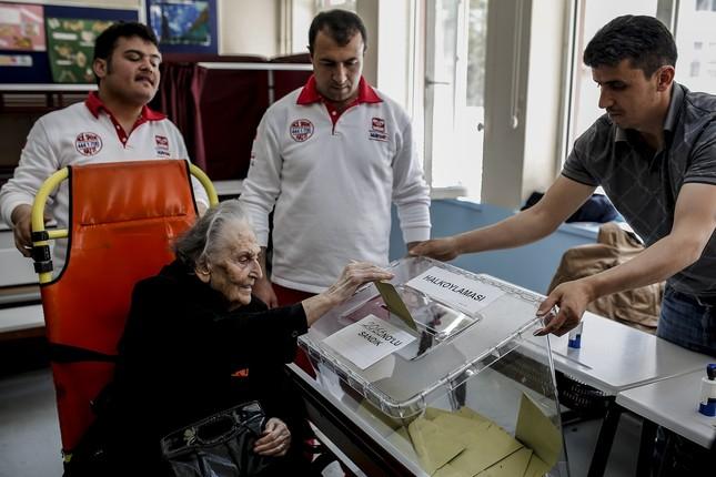 Die 90-jährige Suzan Sonkaya wurde im Istanbuler Bezirk Kadıköy mit einem Krankenwagen zur Wahlurne gebracht (DHA Foto)