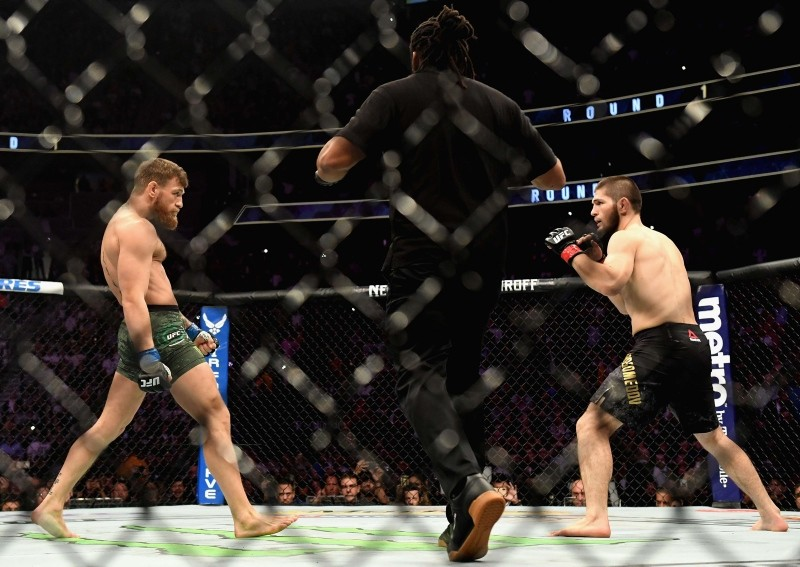 Khabib Nurmagomedov of Russia (R) and Conor McGregor of Ireland (L) start their UFC lightweight championship bout during the UFC 229 event inside T-Mobile Arena on October 6, 2018 in Las Vegas, Nevada. (AFP Photo)