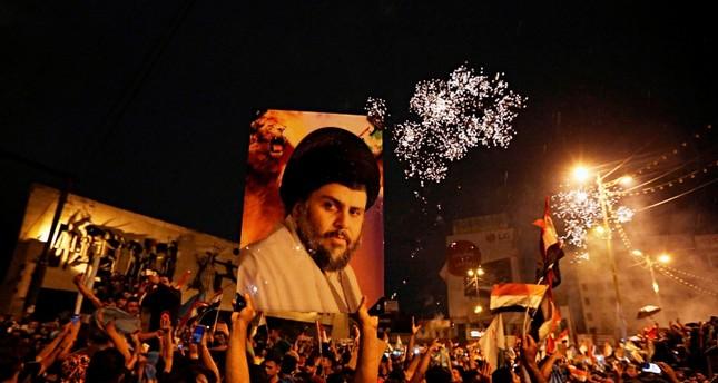 أنصار الصدر يحتفلون بفوزهم في الانتخابات (AP)