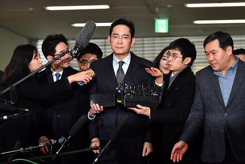 Lee Jae-yong (C), vice chairman of Samsung Electronics, arrives to be questioned as a suspect in a corruption scandal at the office of the independent counsel in Seoul on February 13, 2017. (Reuters Photo)