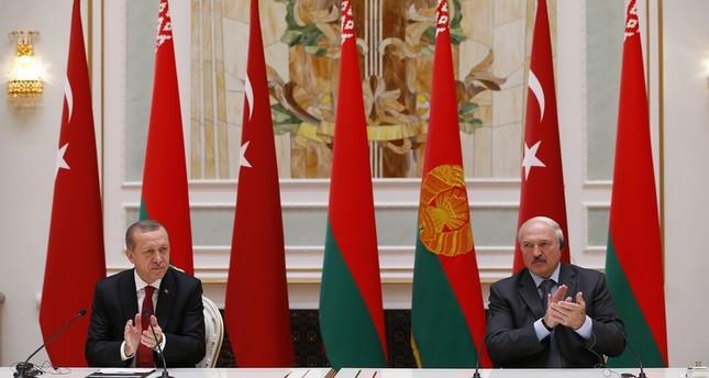 الرئيس التركي رجب طيب أردوغان ونظيره البيلاروسي، الكسندر لوكاشينكو، في قصر الاستقلال بالعاصمة مينسك  (وكالة الأناضول للأنباء)